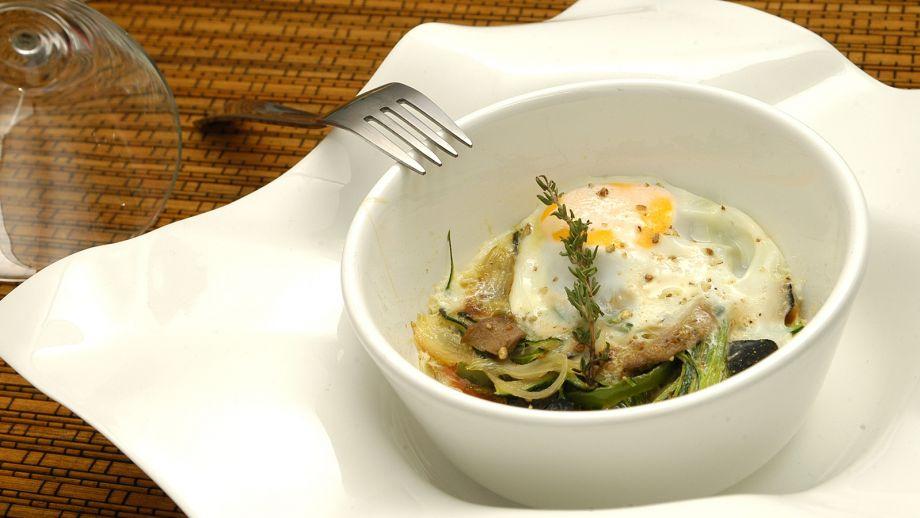 Huevos cocotte con cebolla dulce, jamón, trufas y verduras - Alberto ...