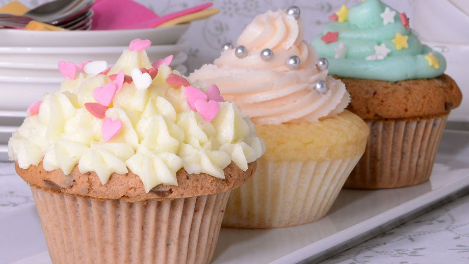 cupcake con merengue y decoraciones divertidas cupcakes