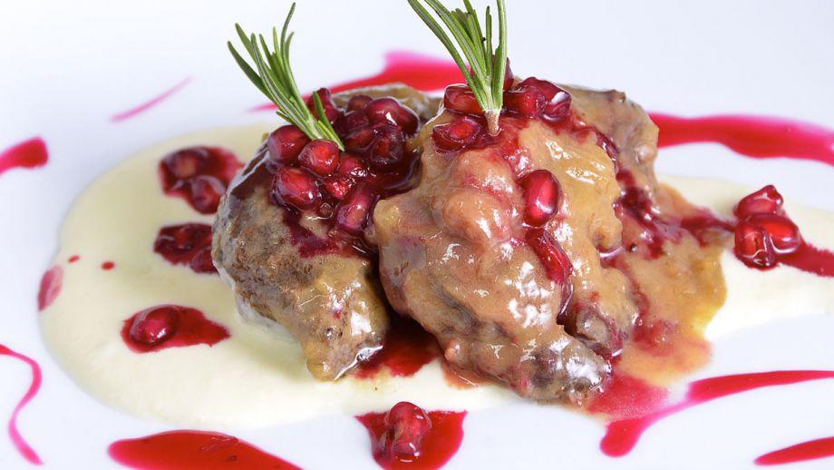 Carrillera De Cerdo Estofada Con Salsa De Granada Y Queso Curado Recetas Por 5 Euros Con Diana