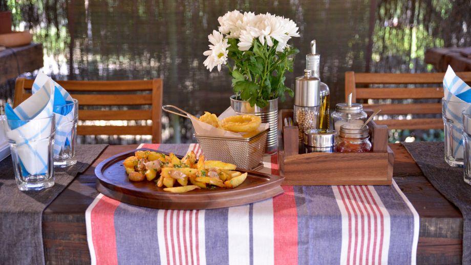 C mo decorar una mesa para una cena informal con amigos for Cenas frias canal cocina