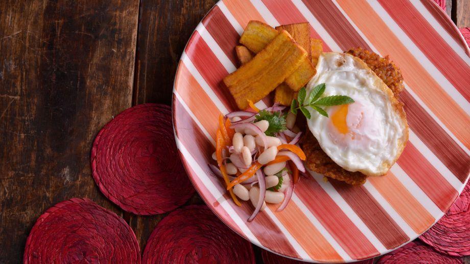 Tacu tacu con huevo frito ensalada de alubias y pl tano - Ensalada de judias pintas ...