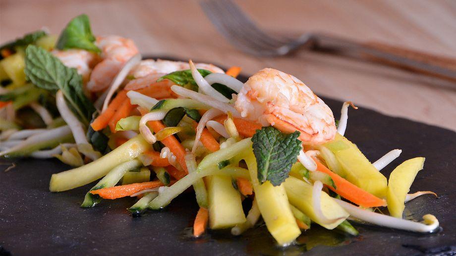 Ensalada vietnamita con encurtido de mango marta yanci receta canal cocina - Encurtido de zanahoria ...