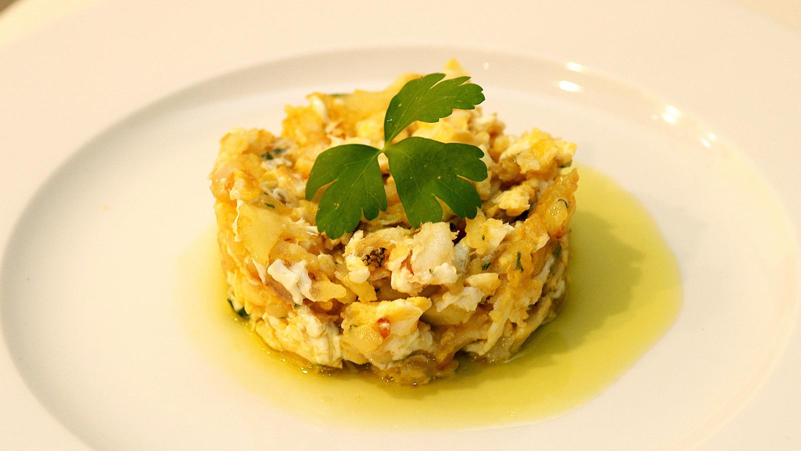 Bacalao con patata y huevo i aki oyarbide video receta for Cocina bacalao con patatas
