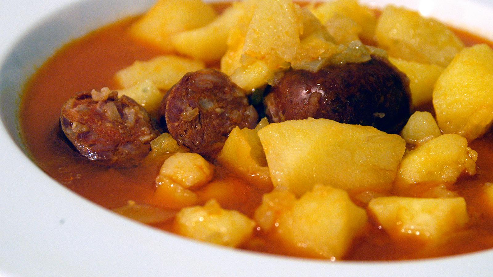 Patatas guisadas con chorizo i aki oyarbide video receta canal cocina - Judias con chorizo y patatas ...
