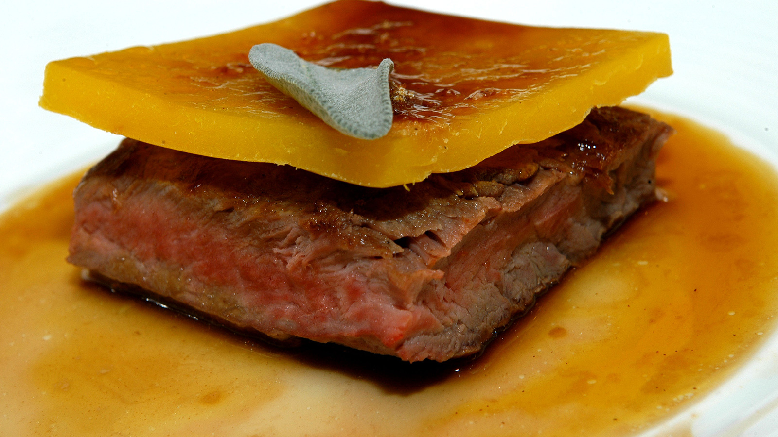 Como Cocinar Presa Iberica | Pluma De Iberico Con Melocoton Y Crujiente De Regaliz Mario