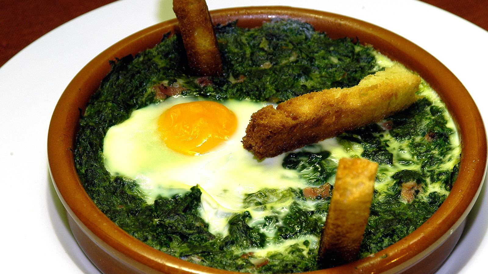 Huevos al plato con espinacas i aki oyarbide video for Espinacas como cocinarlas