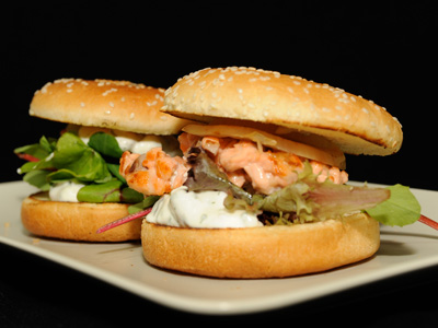 Hamburguesa de salm n con huevo salsa t rtara y cebolla a - Plancha para hamburguesas ...