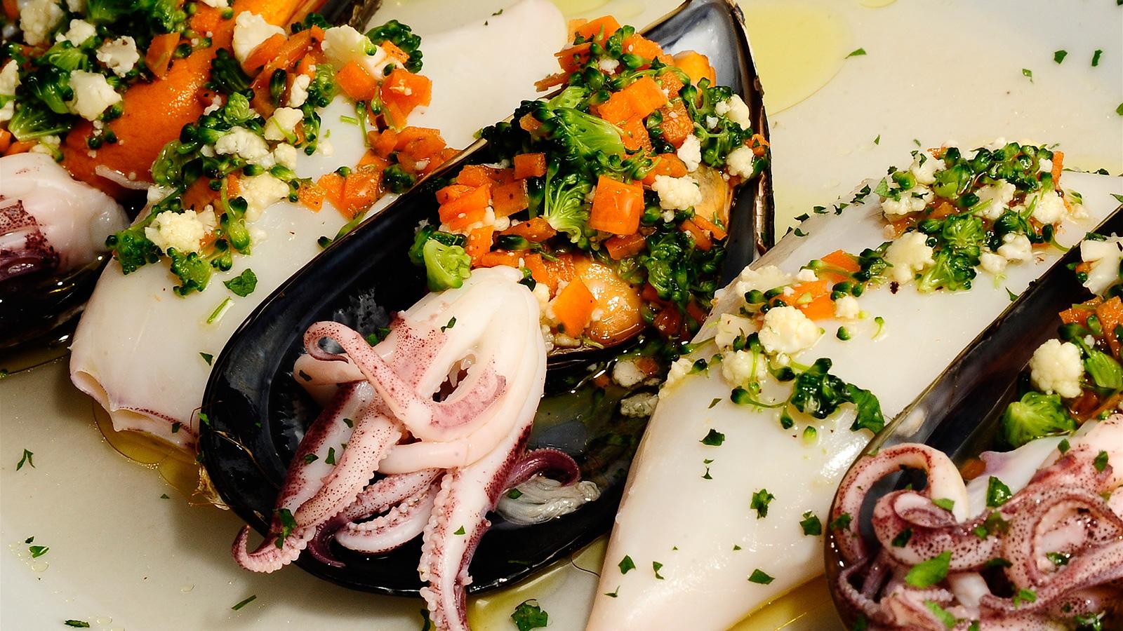 Chipirones y mejillones al vapor con vinagreta de verduras for Platos de alta cocina