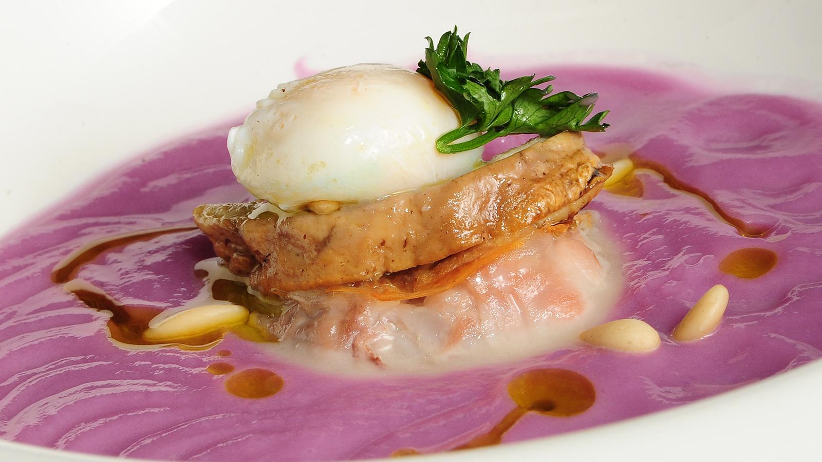 Crema tibia de lombarda con pastel de manitas de cordero for Cocina con sergio bizcocho