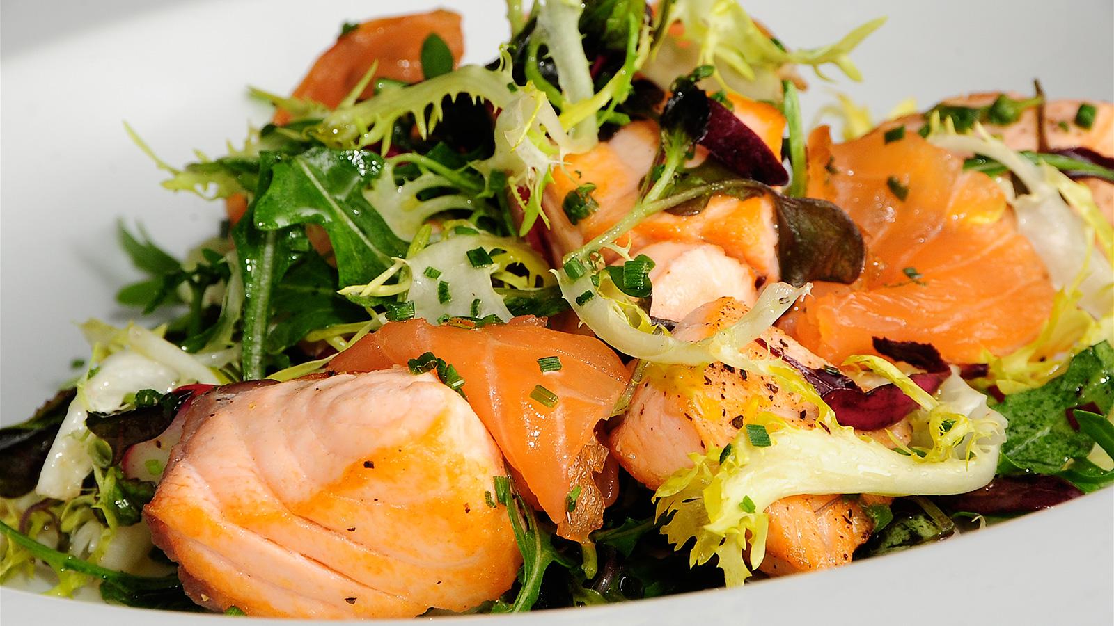Ensalada con salm n fresco y ahumado sergio fern ndez - Ensalada de aguacate y salmon ahumado ...