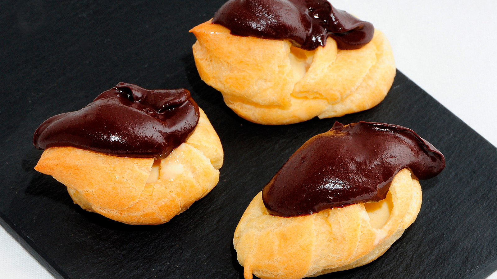 Profiteroles con chocolate evelyne ramelet receta for Cocina francesa