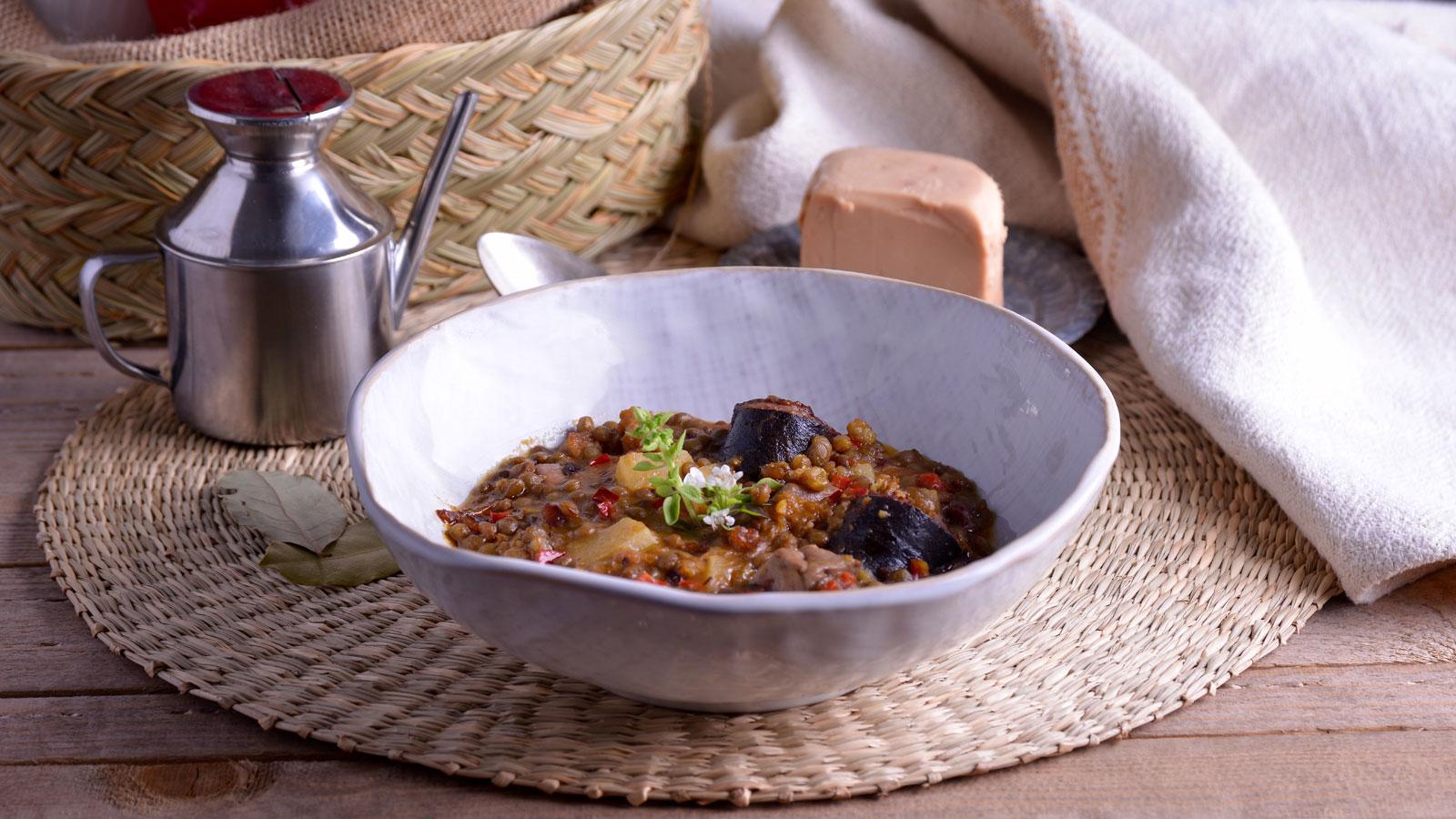 Cocina la receta Caldero de lentejas con foie y morcilla de Juan Pozuelo