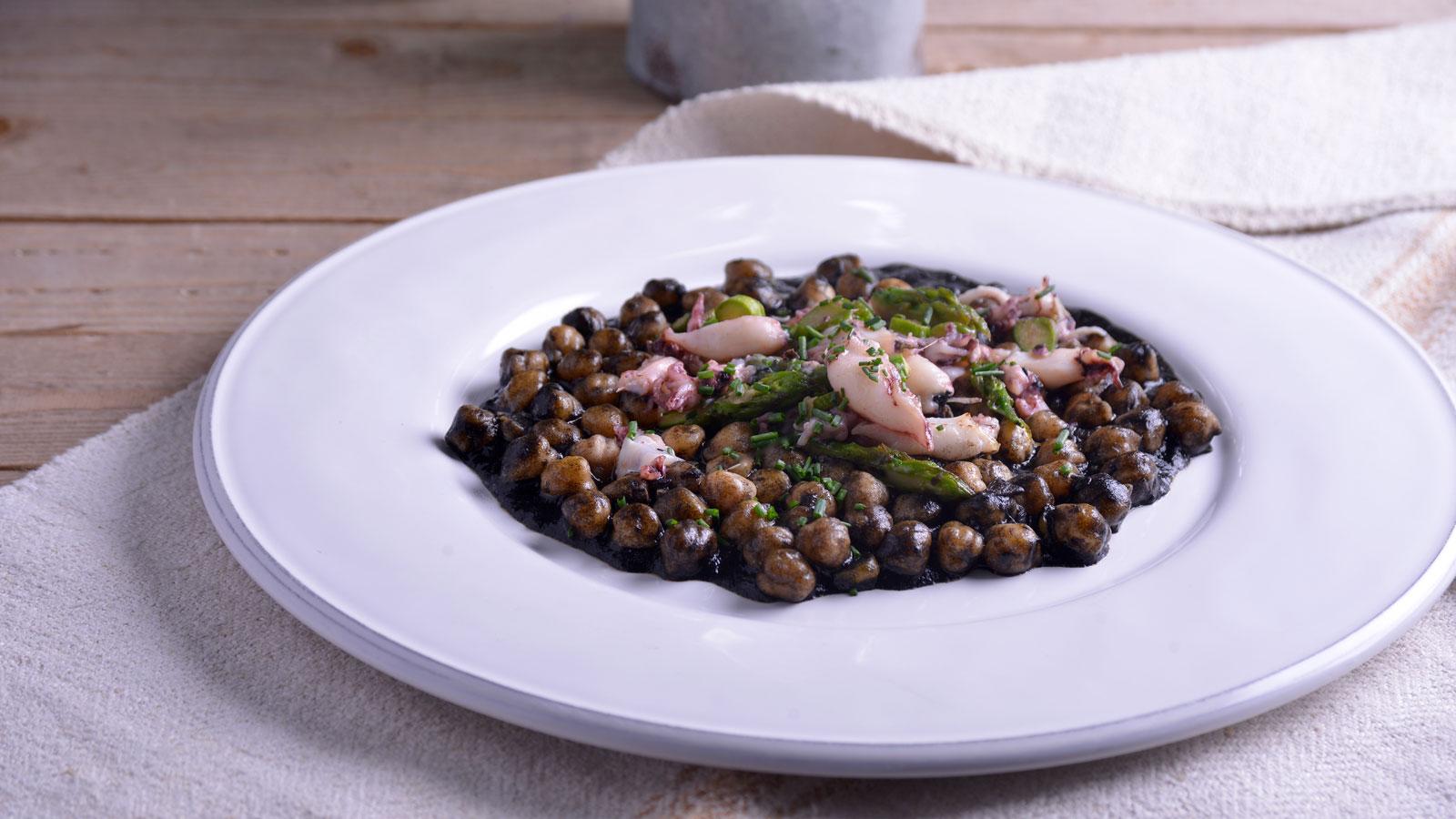 Cocina la receta Garbanzos con chopitos de Juan Pozuelo
