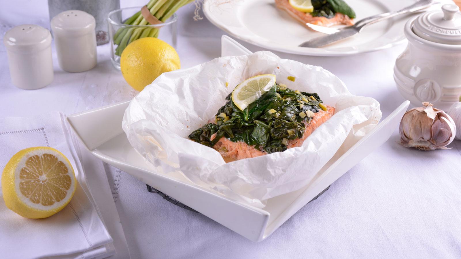 Papillote de salm n con ajetes espinacas y vino blanco for Canal cocina cocina de familia