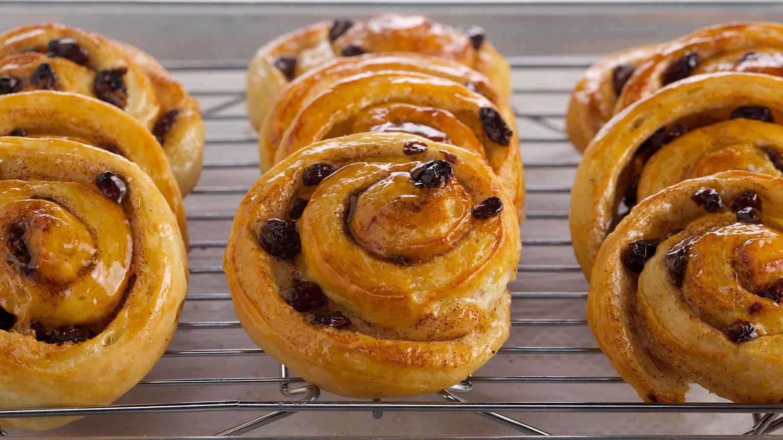Caracolas con pasas (Spiral raisin danishes) - Anna Olson - Receta - Canal Cocina