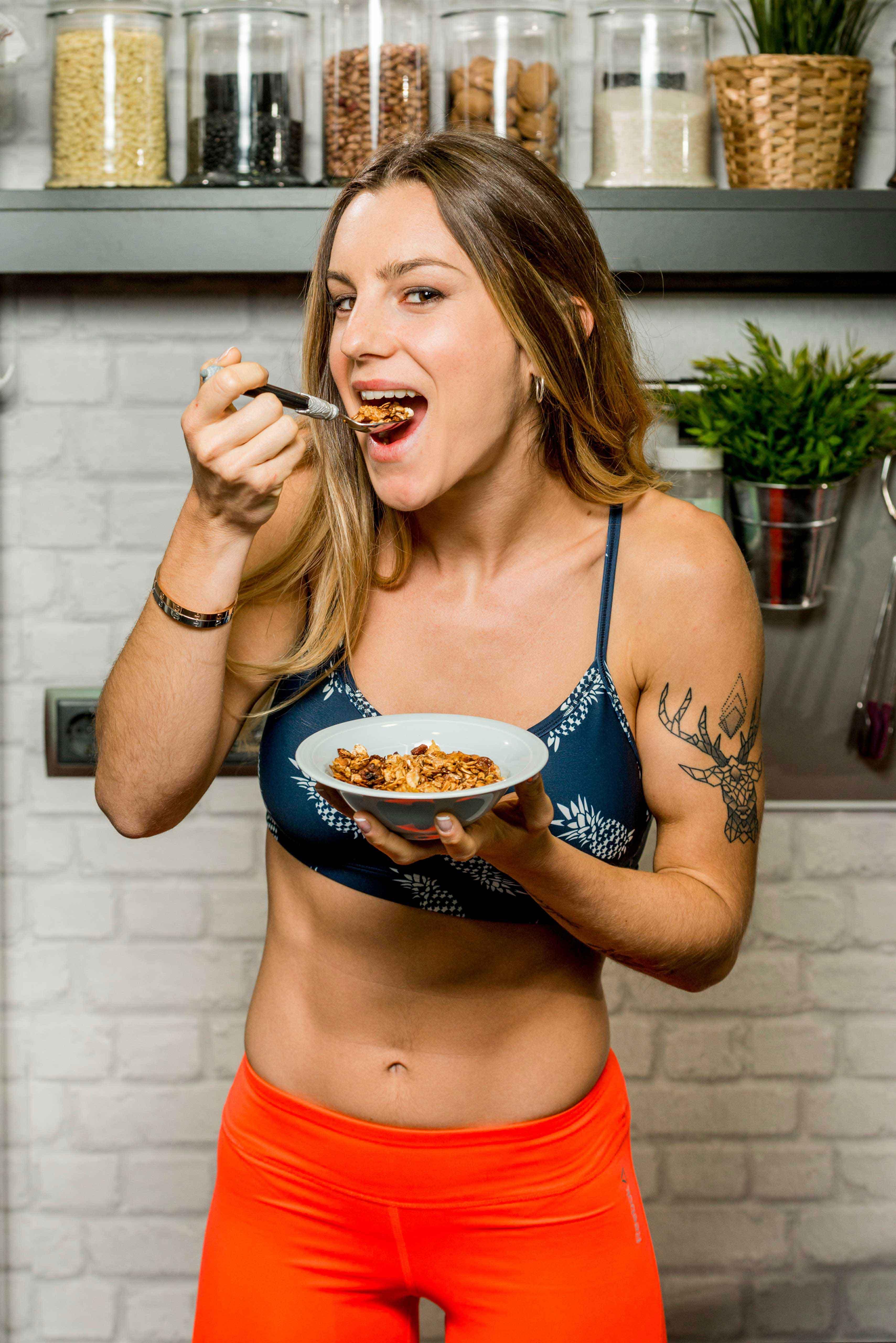 Vikika, presentadora de La cocina fitness de Vikika, disfrutando de su desayuno