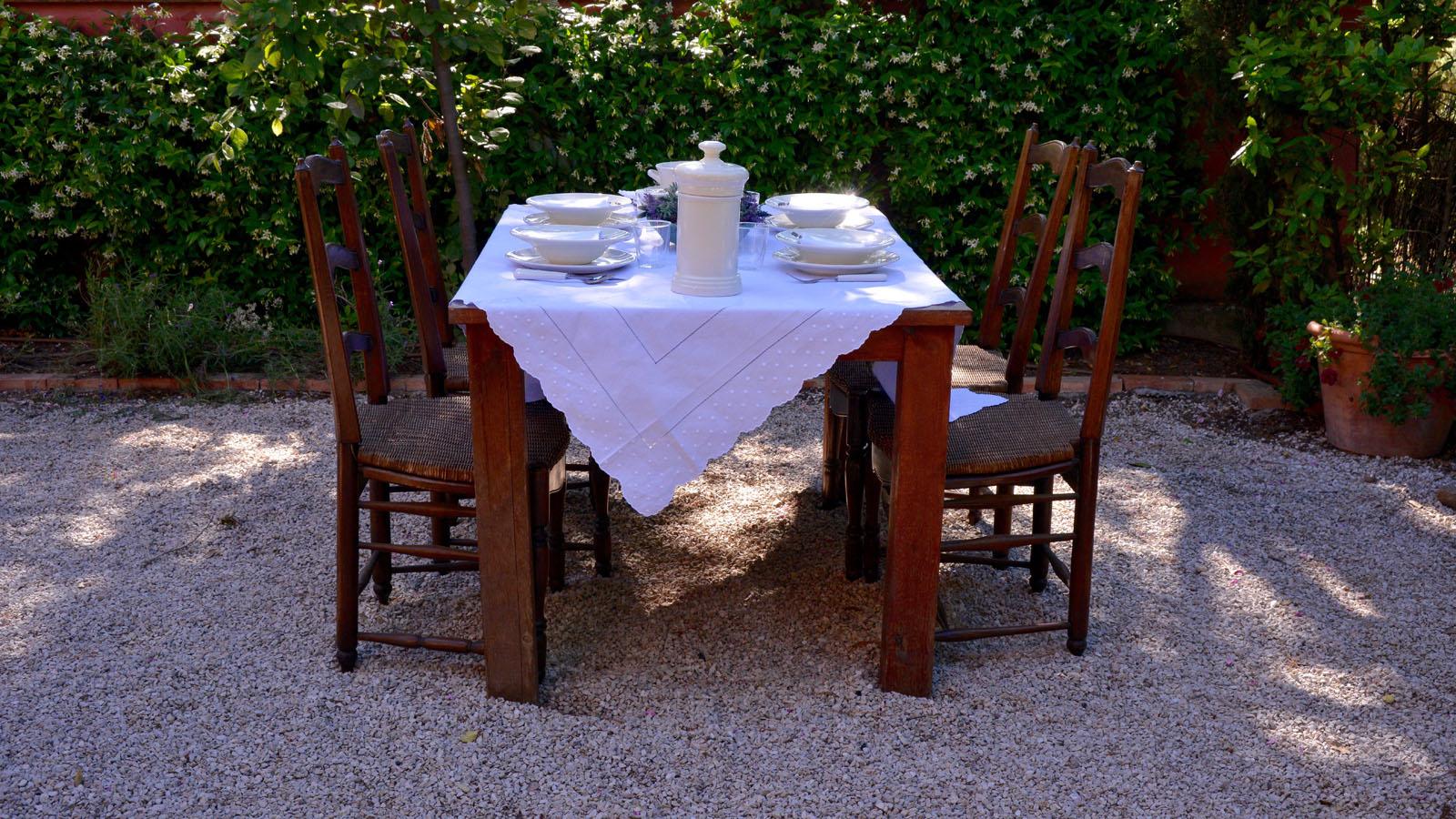 C mo decorar una mesa para una cena de platos fr os en for Cenas frias canal cocina