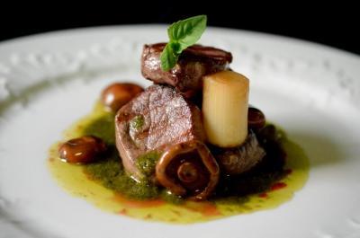 Solomillo De Cerdo Ibérico A La Plancha Con Pesto Y Níscalos Escabechados