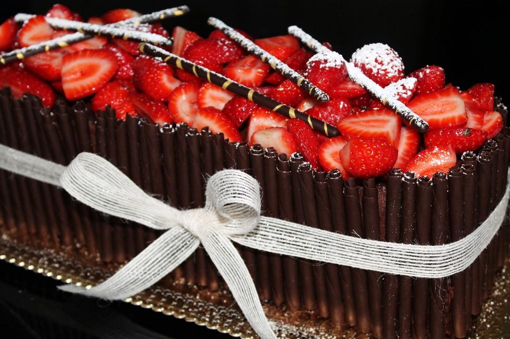 Pastel De Cumpleaño De Chocolate Negro Y Fresas
