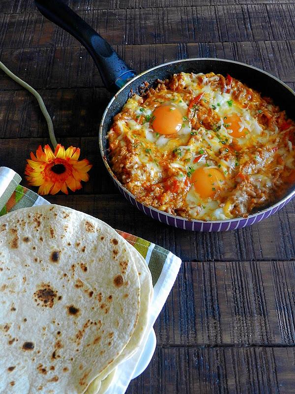 Huevos Rancheros Con Carne Picada En Salsa Gaucha