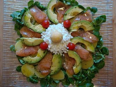 Ensalada de patata salm n y aguacate a la mesa receta - Ensalada de aguacate y salmon ahumado ...